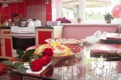 Roses dans l'intérieur de maison de cuisine de cuvette Image stock