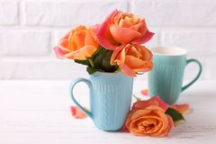 Roses dans la tasse Photo stock