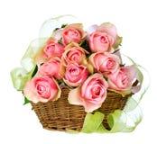 Roses dans le panier Photos libres de droits