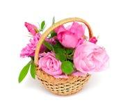 Roses dans le panier image stock