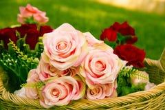 Roses dans le panier photo stock