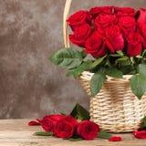 Roses dans le panier sur le fond photographie stock libre de droits