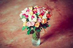 Roses dans le vase transparent Images libres de droits