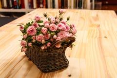 Roses dans un panier Image libre de droits