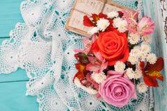 Roses de bouquet et vieilles lettres sur le bureau en bois dans un style de vintage Photo stock