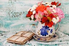Roses de bouquet et vieilles lettres sur le bureau en bois dans un style de vintage Photographie stock libre de droits