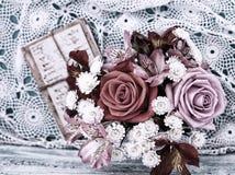 Roses de bouquet et vieilles lettres sur le bureau en bois dans un style de vintage Photos libres de droits