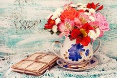 Roses de bouquet et vieilles lettres sur le bureau en bois dans un style de vintage Images libres de droits