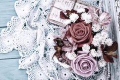 Roses de bouquet et vieilles lettres sur le bureau en bois dans un style de vintage Image libre de droits
