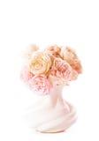 Roses de floraison dans le vase Photo libre de droits