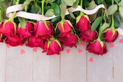 Roses de floraison de rouge sur le bois Image stock