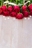 Roses de floraison de rouge sur le bois Photo stock