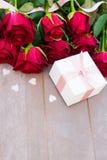 Roses de floraison de rouge sur le bois Images stock