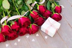 Roses de floraison de rouge sur le bois Photographie stock libre de droits