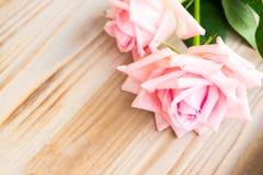 Roses de floraison roses sur le bois Image libre de droits