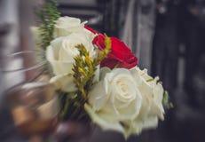 Roses de mariage et verre de champagne Image libre de droits