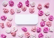 Roses de papier colorées avec les enveloppes, cadre de Saint-Valentin, avec le secteur des textes sur la fin paperrustic de vue s Photographie stock