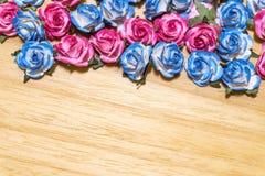Roses de papier sur le fond en bois photo libre de droits