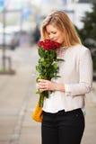 Roses de sourire de femme blanche image stock