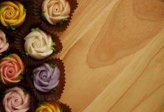 Roses de sucrerie d'Allauch sur un plancher en bois Photo libre de droits