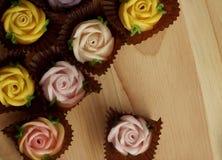 Roses de sucrerie d'Allauch sur un plancher en bois Images stock