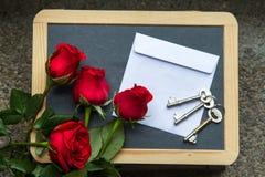 Roses de Valentine avec la lettre sur le tableau noir Image libre de droits