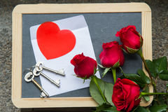Roses de Valentine avec la lettre sur le tableau noir Images libres de droits