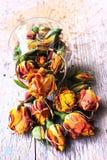Roses de Vinatge sur le fond en bois Photo libre de droits