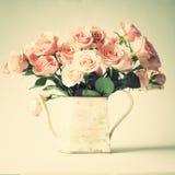 Roses de vintage dans un pot Photographie stock