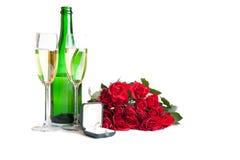 Roses du jour de Valentine et vin de champagne d'isolement Photos stock
