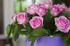 Roses roses en gros plan Un bouquet des roses roses dans une belle caisse d'emballage  Roses roses sensibles dans une boîte lilas Photos stock