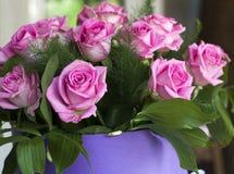 Roses roses en gros plan Un bouquet des roses roses dans une belle caisse d'emballage  Roses roses sensibles dans une boîte lilas Photographie stock libre de droits