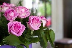 Roses roses en gros plan Un bouquet des roses roses dans une belle caisse d'emballage  Roses roses sensibles dans une boîte lilas Photo libre de droits