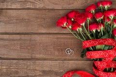 Roses et anneau, fond de jour de valentines, épousant Images stock