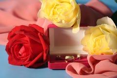 Roses et bijou d'or Photographie stock libre de droits