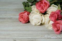 Roses roses et blanches sur une ardoise grise Image stock