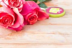 Roses et bonbons roses sur la table Photo stock