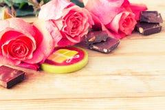 Roses et bonbons roses sur la table Images libres de droits