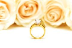 Roses et boucle de mariage d'isolement sur le blanc Photo libre de droits