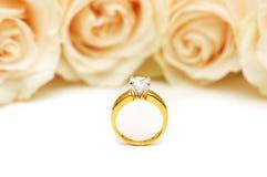 Roses et boucle de mariage d'isolement sur le blanc Photo stock