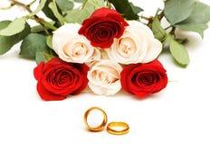Roses et boucles de mariage Image stock
