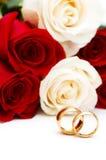 Roses et boucles de mariage d'isolement Photo stock