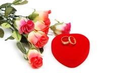 Roses et boucles de mariage d'isolement Photographie stock libre de droits