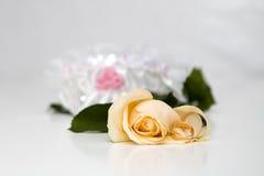 Roses et boucles de mariages jaunes photographie stock libre de droits