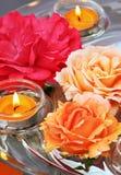 Roses et bougies de flottement Images libres de droits