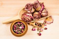 Roses et bourgeons secs avec les objets en bois Image libre de droits