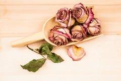 Roses et bourgeons secs avec les objets en bois Image stock