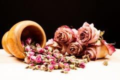 Roses et bourgeons secs avec les objets en bois Photos libres de droits
