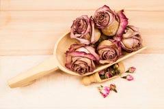 Roses et bourgeons secs avec les objets en bois Photos stock