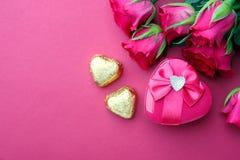 Roses et cadeau roses avec le copyspace Photographie stock